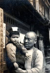 010 昭和20年代 店舗前にて(西条東部新聞販売所の看板)